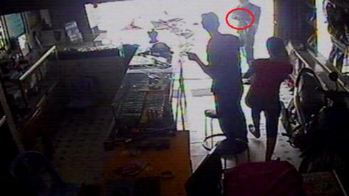 TP.HCM: Dùng súng uy hiếp cướp Iphone 5 - ảnh 2
