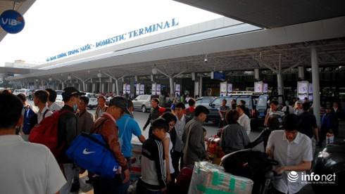 Sân bay TSN không giữ xe qua đêm, hành khách cuống cuồng tìm nơi gửi - ảnh 3