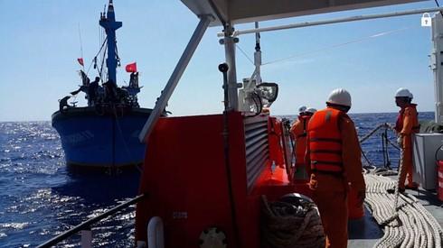 Cứu 17 ngư dân Nghệ An lênh đênh trên đường phân định Vịnh Bắc Bộ - ảnh 2