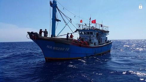 Cứu 17 ngư dân Nghệ An lênh đênh trên đường phân định Vịnh Bắc Bộ - ảnh 1
