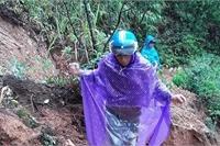 """Lốp xe """"độ xích"""", vượt đầm lầy đến lớp học giữa núi rừng"""