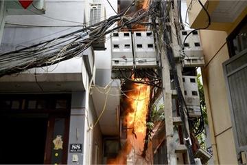 Cháu bé được giải cứu trong đám cháy dữ dội ở khu văn công Mai Dịch