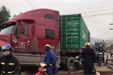 Bắc Giang: Nghi tài xế buồn ngủ, xe container đâm nghiêng trụ cầu Cẩm Lý