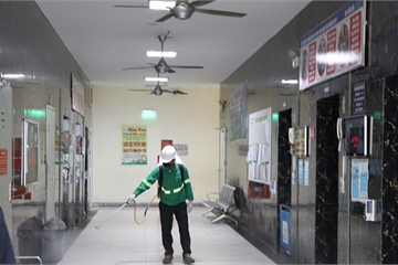 Khu chung cư vạn dân Linh Đàm phun khử trùng toàn bộ 12 tòa nhà