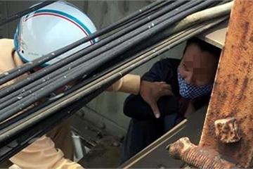 CSGT Hà Nội cứu sống một người đàn ông định nhảy cầu Long Biên tự tử