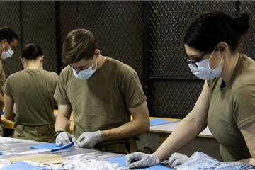"""""""Khát"""" khẩu trang, Mỹ chuyển lính đặc nhiệm Lục quân thành thợ may vá"""