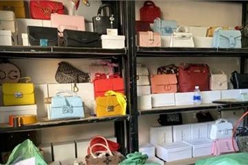 Phát hiện hơn 1.000 ví và túi xách giả mạo thương hiệu nổi tiếng