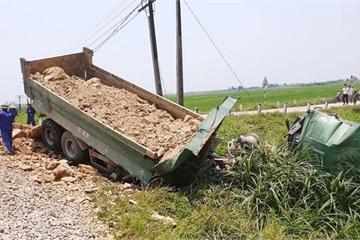 Cố băng qua đường sắt, xe tải bị tàu hỏa húc văng xuống ruộng, tài xế tử vong