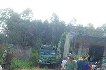 Chủ nhà hoảng hồn phát hiện người đàn ông chết dưới gầm xe tải