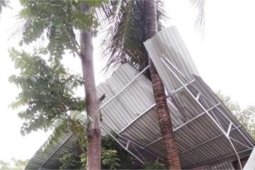 Nghệ An: Lốc xoáy càn quét bất ngờ, hàng chục ngôi nhà bị tốc mái, hư hỏng nặng