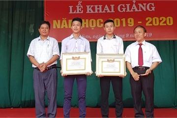 Nghệ An: Tặng giấy khen cho 2 nam sinh dũng cảm cứu người giữa dòng nước lũ