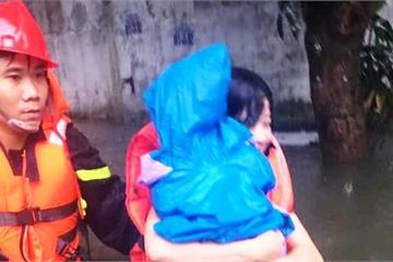 Cảnh sát bơi trong biển nước, giải cứu mẹ cùng cháu bé 18 tháng tuổi kẹt trên nóc tủ