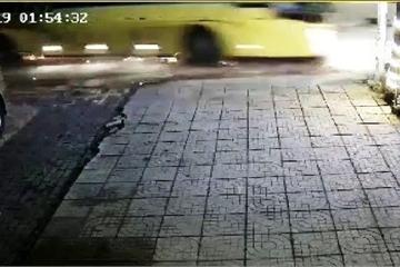 Clip: Kinh hoàng xe khách va chạm xe máy trong đêm, 2 sinh viên thương vong