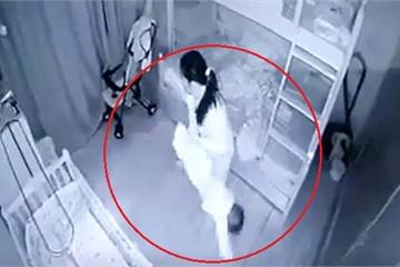 """Mẹ """"chết lặng"""" phát hiện con gái 14 tháng tuổi bị người giúp việc cầm chân dốc ngược"""