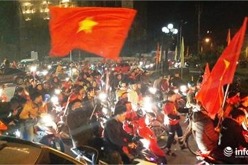 """Hàng vạn người hâm mộ thành Vinh """"vỡ òa"""" sau niềm vui chiến thắng của U22 Việt Nam"""