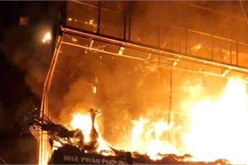 Nghệ An: Cháy lớn tại đại lý chăn ga, gối đệm, 2 người may mắn thoát nạn