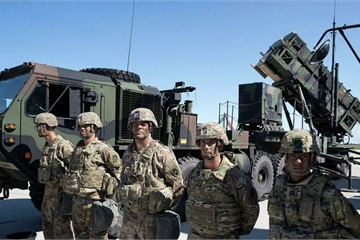 """NATO """"bất chấp thủ đoạn"""" tăng cường sự hiện diện quân sự gần biên giới Nga?"""