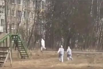 """Bác sĩ Nga như """"vận động viên điền kinh"""" đuổi theo người nghi mắc Covid-19"""
