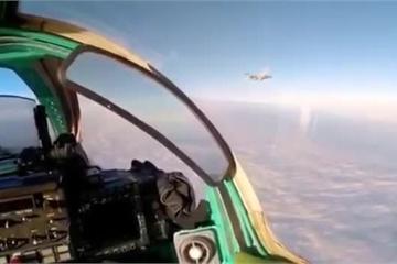 """Video phi công MiG-31 của Nga có """"màn chào hỏi"""" với chiến đấu cơ F-16 NATO"""