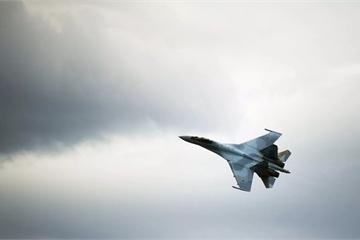 """Chiến đấu cơ Su-35 của Nga lại """"hù dọa"""" máy bay Mỹ ở khoảng khách cực gần"""