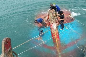 Va vào đá ngầm, tàu cá Quảng Ngãi chở 12 ngư dân chìm trên biển