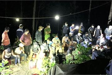 """Quảng Nam: Bắt 41 đối tượng tổ chức xóc đĩa đánh bạc giữa rừng, """"cảnh vệ"""" nghiêm ngặt"""