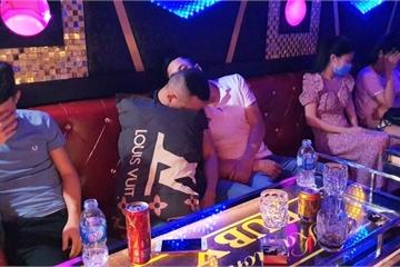 Quảng Nam: Bất chấp cách ly xã hội, quán karaoke vẫn mở cửa cho khách 'thác loạn'
