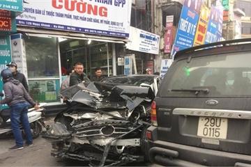 """Hà Nội: Xe """"điên"""" đâm liên hoàn, 1 người chết, nhiều người bị thương nặng"""