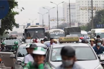 Người dân đổ về Thủ đô sau kì nghỉ ngắn, cửa ngõ phía Nam kẹt cứng