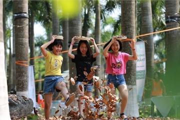 Trẻ em hào hứng với những trò chơi vừa lạ vừa quen dịp nghỉ lễ