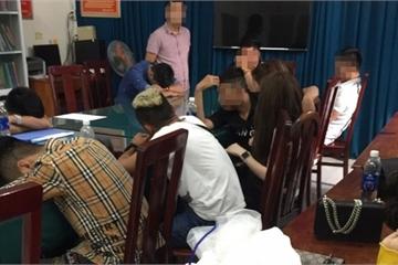 TP.HCM: Cảnh sát ập vào quán bar, hàng trăm nam nữ đang nhún nhảy tháo chạy