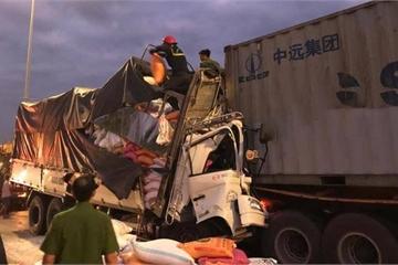 TP.HCM: Xe tải húc vào đuôi xe container, 3 người tử vong