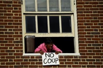 """Mỹ cắt điện đại sứ quán Venezuela, người biểu tình bị """"giam lỏng"""" bên trong"""