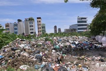 """Hà Nội: Kinh hoàng rác thải chất như """"núi"""" giữa trung tâm thành phố"""