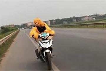 """""""Chết cười"""" với Tôn Ngộ Không bản Việt, """"làm xiếc"""" trên xe máy"""