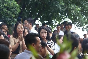 Hàng nghìn người đổ về Phủ Tây Hồ cúng lễ trong ngày đầu 'tháng cô hồn'