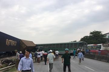 Nghệ An: Tàu hỏa đâm văng xe tải khiến nhiều toa xe bị trật bánh