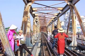 """Bất chấp nguy hiểm, du khách vượt rào vào """"check-in"""" đường ray cầu Long Biên"""
