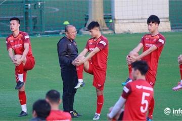 Thầy Park ân cần với các học trò trước trận quyết đấu Thái Lan
