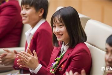 """Hot girl sân cỏ Hoàng Thị Loan lại """"đốn tim"""" người hâm mộ trong buổi mừng công"""