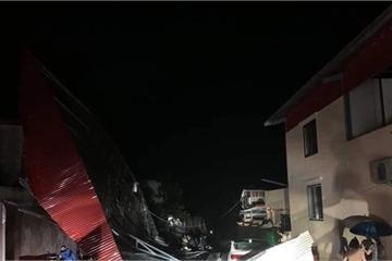 Yên Bái: Mưa đá bất ngờ, nhiều nhà dân tốc mái, cây cối đổ la liệt trên đường