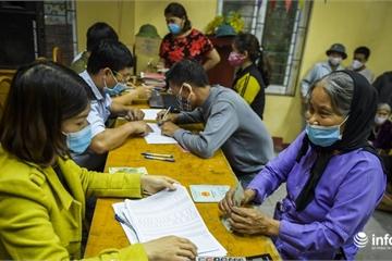 Trước giờ kết thúc cách ly xã Sơn Lôi, người dân vui vẻ đi nhận tiền hỗ trợ