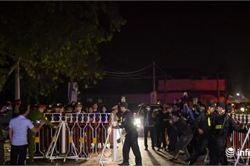 Clip: Dỡ rào cách ly xã Sơn Lôi giữa đêm