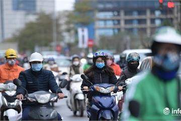 Không khí lạnh giữa mùa xuân, người Hà Nội co ro ra đường