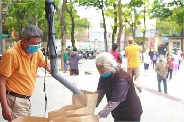 """Hình ảnh cây """"ATM gạo"""" ở Hà Nội hỗ trợ người dân gặp khó khăn trong mùa dịch Covid-19"""