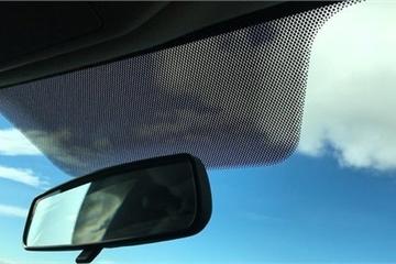 Vì sao cửa kính ô tô có những dải chấm đen?