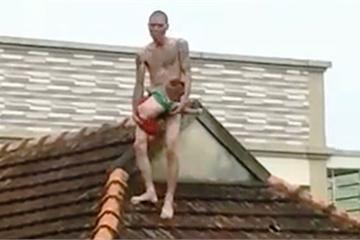 Ngáo đá cởi trần bế con thơ lên nóc nhà tìm vợ