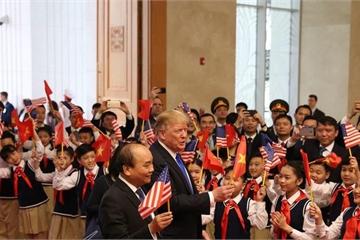 Thứ trưởng Ngoại giao nói về hình ảnh Tổng thống Trump cầm cờ Việt Nam