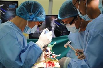 5 giờ phẫu thuật gắn 24 con ốc để chỉnh cột sống cho bé 12 tuổi