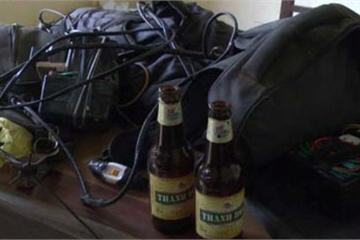 Bị phát hiện, trộm chó ném vỏ chai bia tấn công người dân